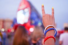 Don Rosja 06 16 2018 Teren fan Ręka z bransoletkami w kolorze flaga Rosja Zdjęcie Stock