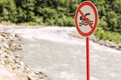 Don ` t pływania znak Mountainng rzeka Pojęcie dopłynięcie zabrania kosmos kopii Fotografia Stock