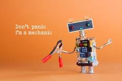 Don ` t panika Ja ` m mechanika pojęcie Zabawkarska robot złota rączka z cążkami przygotowywającymi dla usługowej pracy Zabawa ch Zdjęcia Royalty Free