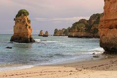 Dona Ana plaża, Lagos, Portugalia przy zmierzchem Zdjęcie Stock