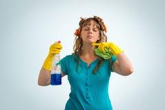 A dona de casa é cansado da limpeza, ela é alimentada acima da limpeza imagem de stock