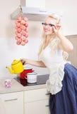 Dona de casa alegre na cozinha imagem de stock royalty free