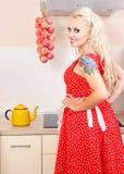 Dona de casa alegre na cozinha imagens de stock