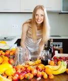 Dona de casa alegre que faz o cocktail Imagem de Stock Royalty Free