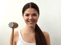 Dona de casa bonita com o martelo para costeletas no fundo branco imagens de stock royalty free
