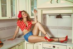Dona de casa bonita na cozinha que levanta o estilo do pino-acima Foto de Stock Royalty Free