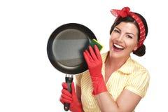 Dona de casa bonita nova da mulher que mostra pratos lavados perfeitos Fotografia de Stock