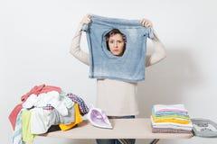 Dona de casa bonita nova Mulher no fundo branco Conceito das tarefas domésticas Copie o espaço para a propaganda fotos de stock