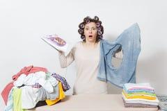 Dona de casa bonita nova Mulher no fundo branco Conceito das tarefas domésticas Copie o espaço para a propaganda imagem de stock