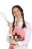 Dona de casa bonita que prepara-se com batedor de ovo fotos de stock