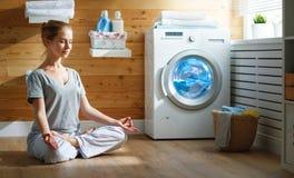 A dona de casa cansado da mulher no esforço medita na pose da ioga dos lótus dentro fotografia de stock royalty free