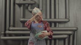 Dona de casa cansado que agita a mistura na bacia com batedor de ovos vídeos de arquivo