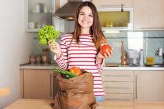 Dona de casa caucasiano de sorriso dos jovens com saco de compras Imagens de Stock Royalty Free