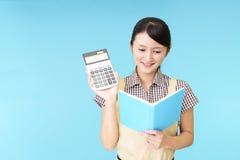 Dona de casa com calculadora imagem de stock