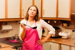 Dona de casa com a concha na cozinha Fotos de Stock