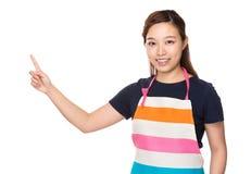 Dona de casa com dedo acima imagens de stock