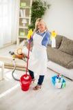 Dona de casa com levantamento dos produtos do espanador e da casa química Foto de Stock