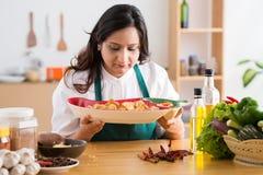 Dona de casa com um prato Fotos de Stock Royalty Free