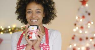 Dona de casa consideravelmente nova que relaxa no Natal fotos de stock royalty free