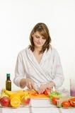 A dona de casa cortou em fatias a pimenta Fotos de Stock