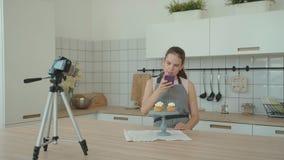 A dona de casa cozinhada endurece, posto lhe sobre um suporte e fotografado vídeos de arquivo