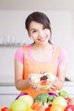 Dona de casa da beleza na cozinha foto de stock
