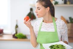 Dona de casa da jovem mulher que cozinha na cozinha Conceito da refeição fresca e saudável em casa fotos de stock royalty free