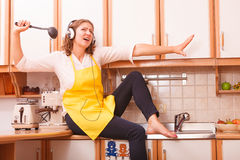 Dona de casa de canto em casa Imagens de Stock