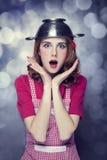 Dona de casa do Redhead com o colander aéreo fotos de stock royalty free