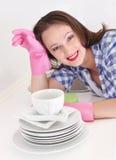 Dona de casa e pilha de pratos imagens de stock royalty free