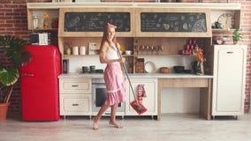 Dona de casa feliz Washes Floor vídeos de arquivo