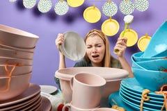 Dona de casa frustrante deprimida emocional desagradada que seca pratos foto de stock royalty free