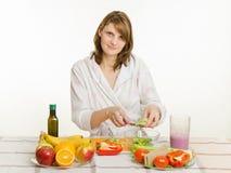 A dona de casa guarda sobre um copo da salada com vegetais desbastados Fotografia de Stock Royalty Free
