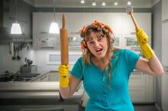 Dona de casa louca com o martelo do rolo e da carne fotografia de stock royalty free