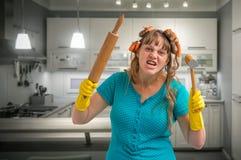 Dona de casa louca com o martelo do rolo e da carne imagens de stock