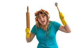 A dona de casa louca com rolo da cozinha e a carne martelam foto de stock