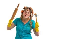 A dona de casa louca com rolo da cozinha e a carne martelam imagens de stock royalty free