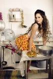 Dona de casa louca da mulher real na cozinha, comendo Imagens de Stock