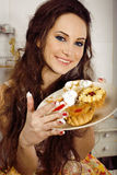 Dona de casa louca em comer de sorriso da cozinha Imagens de Stock Royalty Free