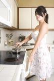 Dona de casa na cozinha fotografia de stock