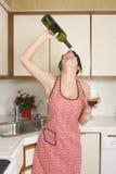 Dona de casa na cozinha fotos de stock