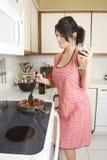 Dona de casa na cozinha Fotografia de Stock Royalty Free