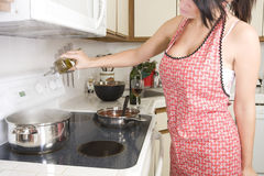 Dona de casa na cozinha Imagens de Stock Royalty Free