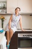 Dona de casa na cozinha doméstica foto de stock