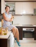 Dona de casa na cozinha doméstica fotos de stock royalty free