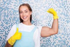 A dona de casa nova alegre está expressando-a Imagens de Stock Royalty Free
