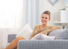 Dona de casa nova de sorriso na sala de visitas foto de stock