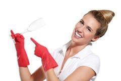 Dona de casa nova feliz que mostra pratos limpos perfeitos Imagem de Stock Royalty Free