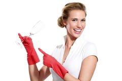 Dona de casa nova feliz que mostra pratos limpos perfeitos Foto de Stock Royalty Free