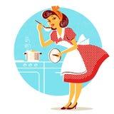 Dona de casa nova no vestido retro da forma que cozinha a sopa Foto de Stock